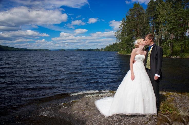 Kissing on the shore of lake Fryken, Sunne  Brudpar kyss