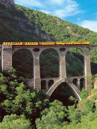 Le fameux Canari : un joli voyage incontournable pour passer du Conflent à la Cerdagne en toute tranquillité ! Vous découvrirez des ouvrages d'art mais également des ressources naturelles qui font la richesse de ces deux entités.  Au départ de Villefranche de Conflent, à seulement 5 km de Vernet-les-Bains.