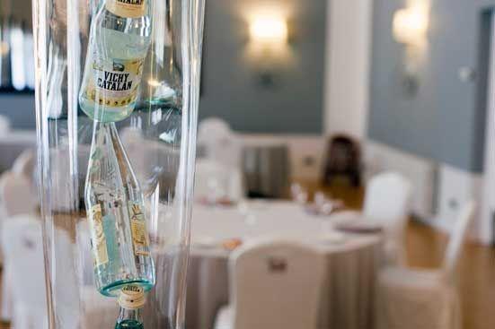 Un bonito y decorativo jarrón, con botellas de Vichy Catalan en su interior. Ideas para decorar