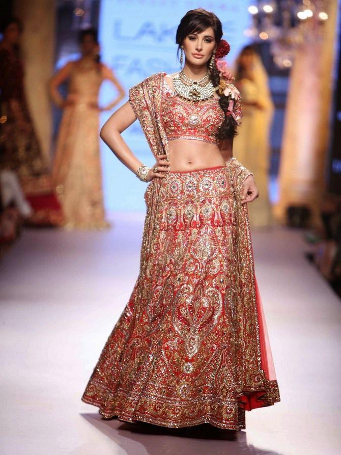 #NargisFakri, #ShowStopper for #SuneetVerma #LFW2015