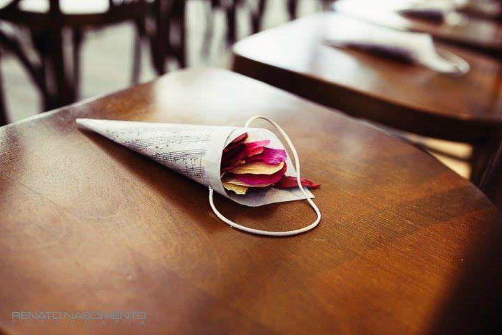 """Flores secas para jogar na saída dos noivos. Detalhe para a partitura em forma de cone com a letra da música """"Luiza"""" de Tom Jobim: Casamento de Luiza e Rubens"""