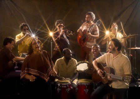"""Samba... """"dança semelhando ao batuque, com dançarinos solistas e eventual presença de umbigada."""" Rock... """"música popular usualmente executada em insturmentos amplificados eletronicamente."""" As palavras do dicionário tentam traduzir aquilo que, na prática, acontece com a combinação de braços, mãos, cabeça, pescoço, pernas, sorrisos e olhares, numa sequência de movimentos, sob um som ritmado e poético....<br /><a class=""""more-link""""…"""