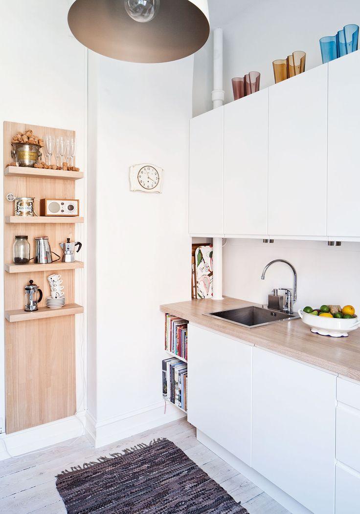 Keittiön kaapit ovat Ikeasta, ja pariskunta kokosi ne itse. Myös tasot ja seinällä oleva hylly tehtiin itse. Kattovalaisin on Roomista.