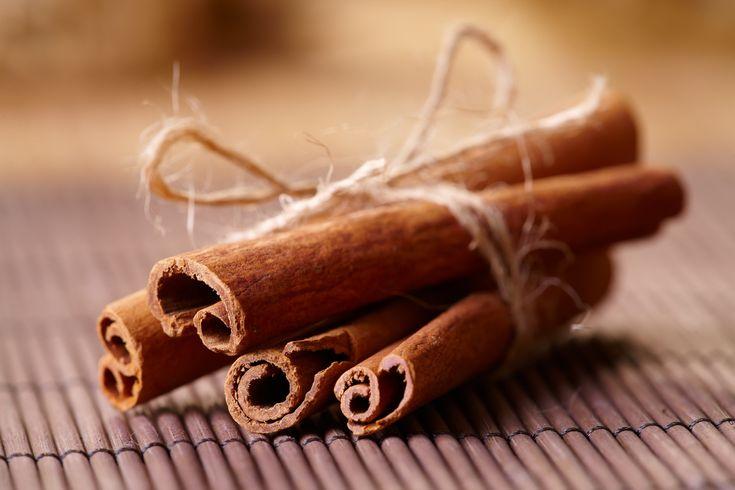 Несмотря на то, что корица доступна в течение всего года, эта ароматная, сладкая и теплая на вкус и цвет специя идеально подходит для осеннего сезона. Поэтому сейчас самое время поговорить об особенностях пряности, которая дарит счастье.  1. Корица имеет свою многолетнюю историю Оказывается еще древние египтяне использовали эту пряность как приправу для напитков, в лечебных целях и в качестве ингредиента в процессе бальзамирования. Корица получила широкое распространение в Египте, хотя…