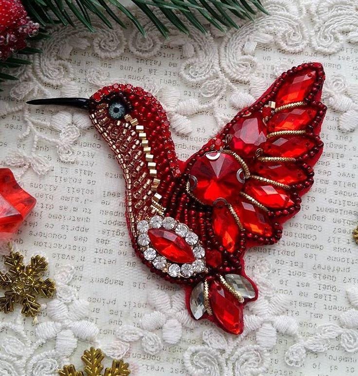 А вот и она❤❤❤ во всей красе птичка огонь, в прямом смысле слова  станет прекрасным дополнением к вашему образу или отличным подарком  ❌продана❌ Стоимость 1300₽ #брошьизбусин #брошьручнойработы #брошьказань #казань #брошьколибри #брошьизбисера #брошьптица #подарок #новыйгод #стильно #тренд #колибриброшь #пташка #красныйцвет