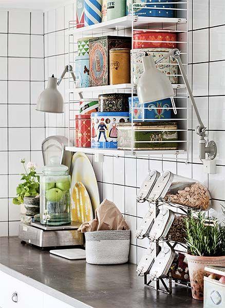 Colocar armários na cozinha pode sair bem caro. E apesar de eles protegerem a louça e outros utensílios,elesnão são a única saída – especialmente quando a grana está curta. Existem outras soluções para a sua cozinha ficarbem bonita, mesmo sem os armáriosplanejados dos sonhos. Que tal prateleiras? Além de organizarem a cozinha, podem também ser um ponto de interesse da decoração. Misture livros de culinária, latas decorativas e plantas com...