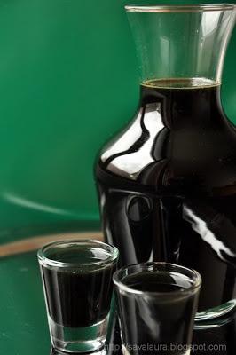 Lichior de nuci: 500 ml alcool; 30 nuci verzi; 2-3 cuisoare; 1/2 baton scortisoara; coaja 1 lamaie; 1 l apa; 1 kg zahar. Se spala in mai multe ape nucile; se taie felii. Se pun intr-un borcan si se acopera cu alcool. Se adauga condimentele+coaja de lamaie si se inchide ermetic. Se lasa ~2 luni, la soare, agitandu-l in primele 2 sapt zilnic. Se strecoara continutul. Se face sirop din zahar+apa; rece, se amesteca cu siropul de nuci. Se pune iar in borcan si se consuma dupa 2-3 sapt.