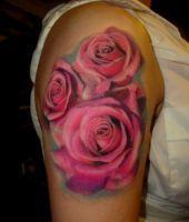 trzy róże tatuaże na ramieniu