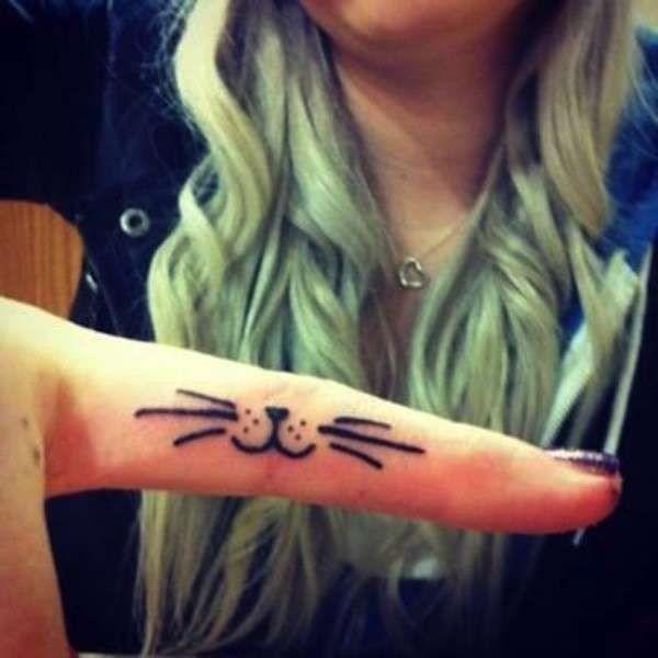 Tatuaggi con gatti - Baffi e nasino di gatto tatuati sul dito