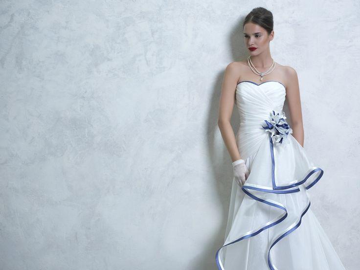 Abito da sposa bianco con fiori blu