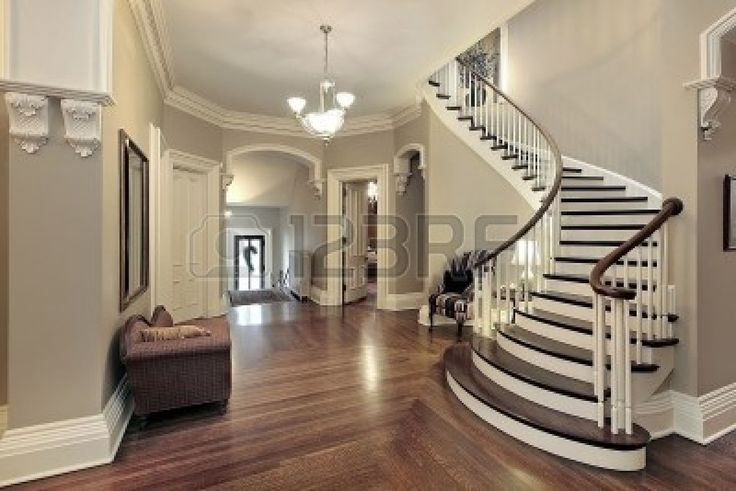 Hall nel tradizionale casa suburbana con scalinata curvo  Archivio Fotografico