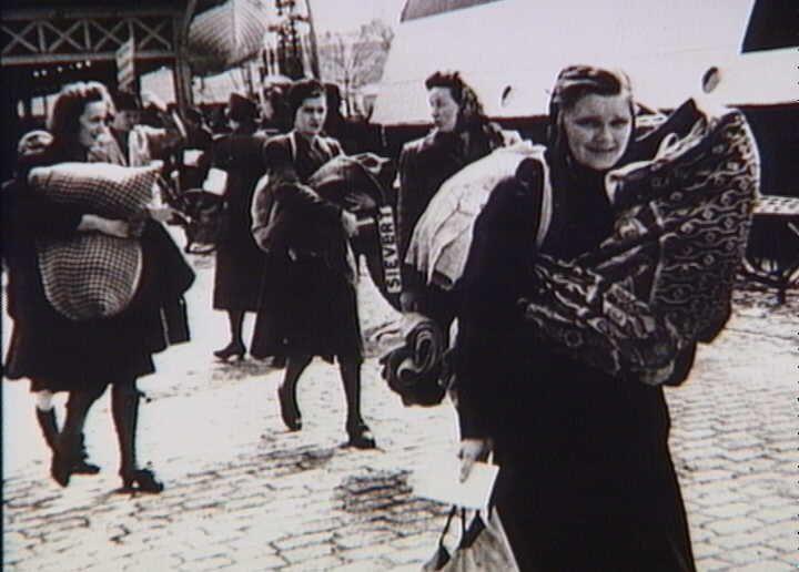 Bernadotte-aktionen. Kvinder fra koncentrationslejre i Københavns Frihavn før afrejsen til Sverige i april 1945  Tidsperiode og årstal Datering:apr-45 - See more at: http://samlinger.natmus.dk/FHM/24948#sthash.uutPKO0r.dpuf