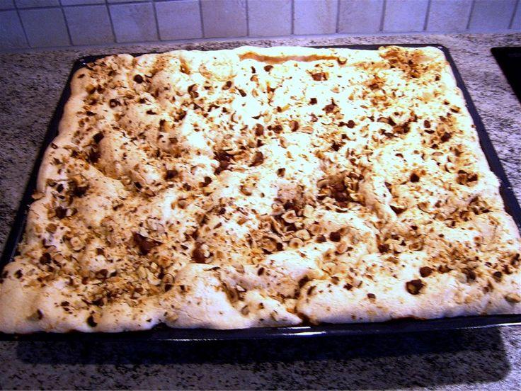 Bunden:<br /> smør, sukker og æggeblommer røres sammen. mælk mel og bagepulver vendes i.<br /> <br /> Ovenpå: <br /> æggehvider sukker og vanilie sukker piskes stive. kom det oven på den ubagte de