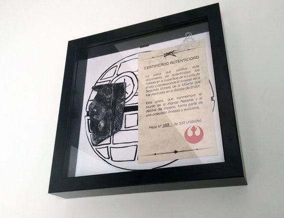 Star Wars Caja con un trozo de la estrella de la muerte junto a certificado.  Este producto no es oficial de Star Wars