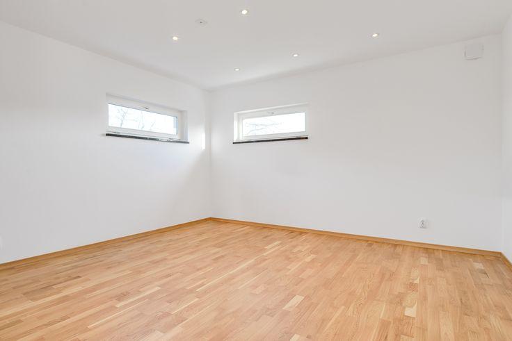 Högt placerade fönster ger möjlighet åt fler möbleringar!
