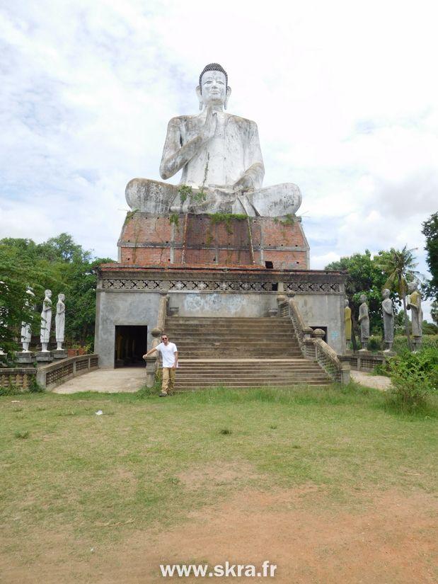 la magnifique statue géante de Bouddha de Wat Ek Phnom, au Cambodge