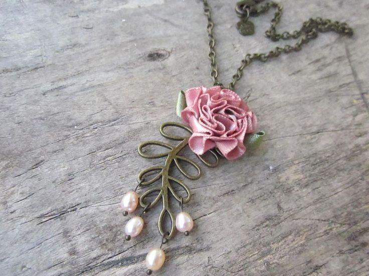 Colier cu trandafir din panglica de saten, frunza bronz si perlute de cultura.