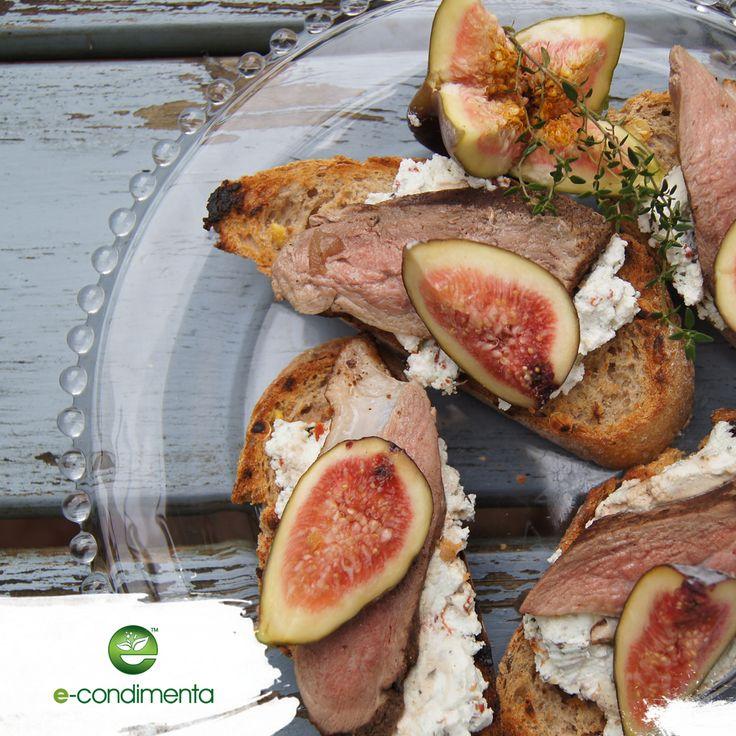 Grilled duck an fresh fig toasts - perfect party fingerfood with e-condimenta spieces | Grzanki z grillowaną kaczką i świeżą figą smacznie przyprawione e-condimentą. Idealne karnawałowe przekąski #party #carnival #fingerfood #econdimenta #healthyfood