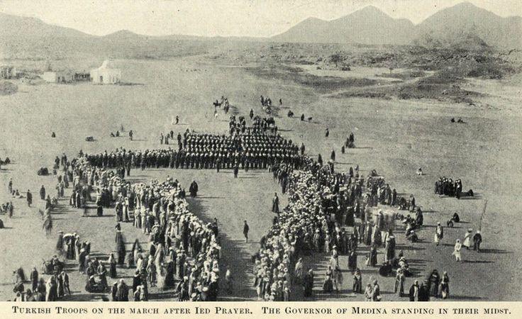 [Ottoman Empire] Ottoman Soldiers on the March after Eid Prayer in Medina, 1900s (Medine'de Bayram Namazından Sonra Osmanlı Askerlerinin Resmi Geçidi, 1900'ler)