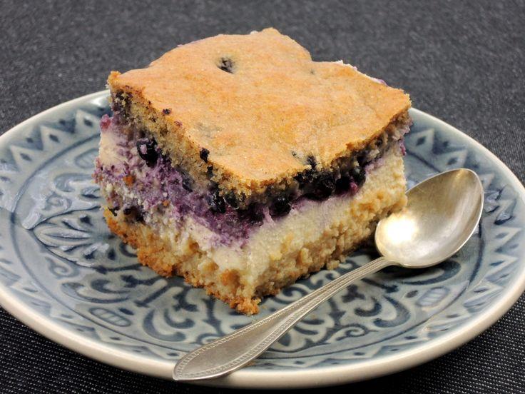 Fantastický šťavnatý koláč z celozrnné mouky, s tvarohovou náplní a borůvkami, můžete podávat k odpolednímu čaji nebo i k snídani.