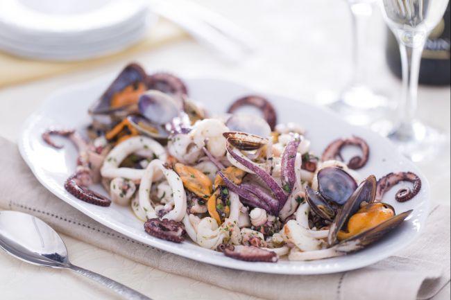 L'insalata di mare è un antipasto di pesce misto preparato con polpo, calamari e molluschi conditi con olio e prezzemolo; un piatto fresco e ricco.