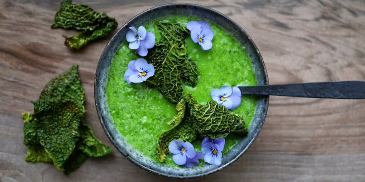 ÆRTESUPPE MED RAMSLØG & SAVOYCHIPS - Green peasoup with wild garlic and savoy-chips