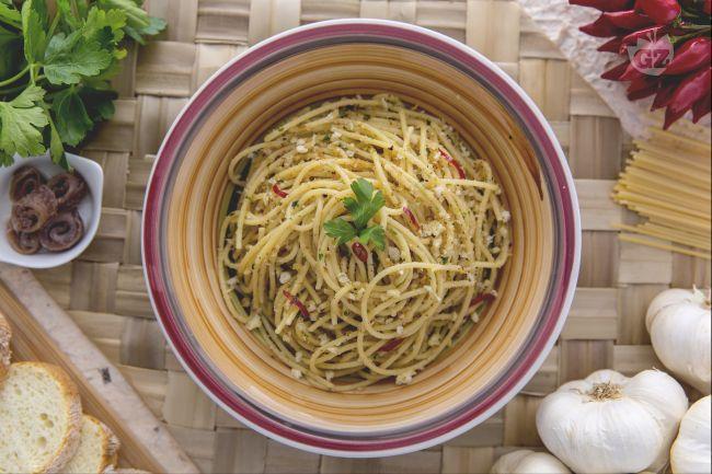 La pasta con la mollica è un primo piatto di origine meridionale con acciughe, aglio e peperoncino e aggiunta della mollica di pane tostata!