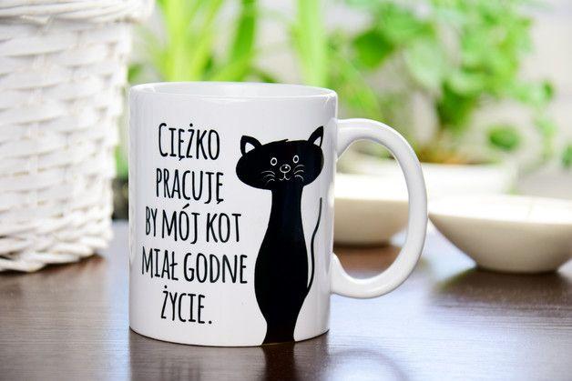**KUBEK - Ciężko pracuję by mój kot miał godne życie**  Poranna kawa z odpowiednią dawką motywacji i humoru da Ci siłę do działania w dobrym nastoju na cały dzień!  **Kubeczki wykonywane są na...
