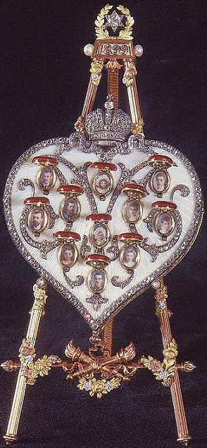 The surprise of The Pansy Faberge Egg: a heart  with The Romanov Family member pendants (1899).