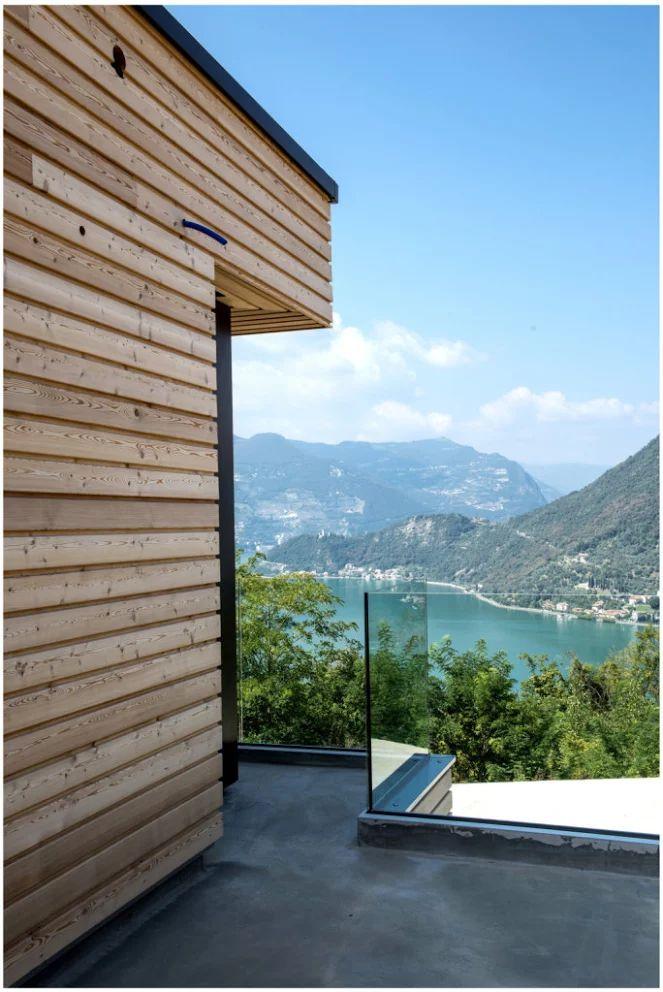 Nostra realizzazione rivestimento facciata in legno e parapetto in vetro traspare5