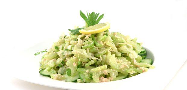 Deze salade met komkommer bleekselderij en tonijn is een heerlijk zomers gerecht. Lekkere fris en licht verteerbaar. De pure smaken maken het gerecht.