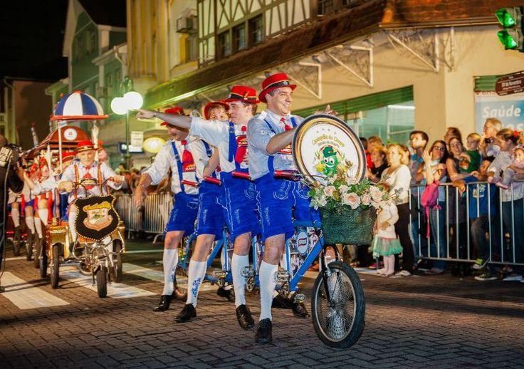 brasilien oktoberfest blumenau straßenparade fahrradpublikum amüsieren – Oktoberfest Ideen – Party, Deko, Outfit
