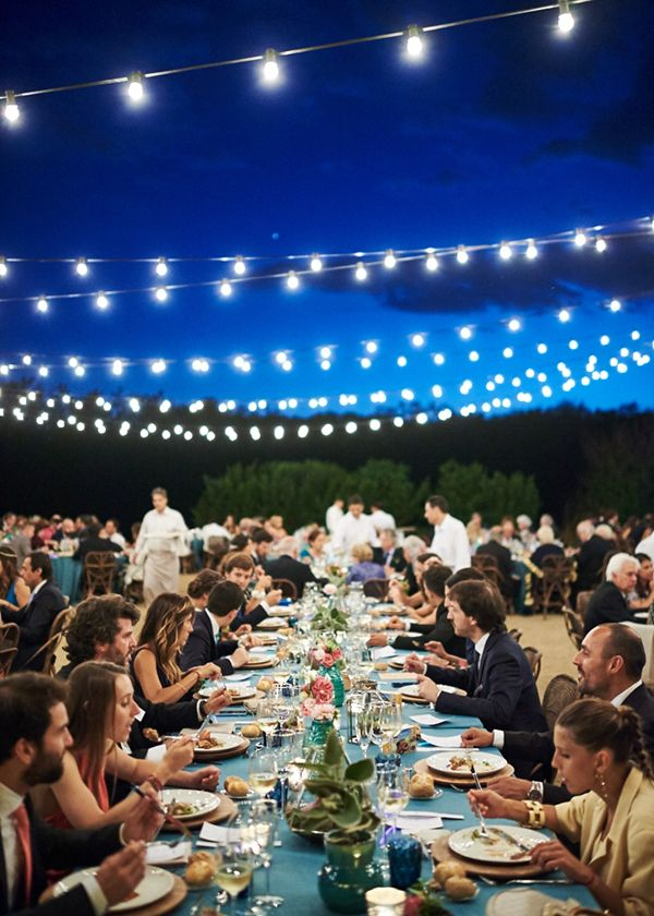Guirnaldas de luces, manteles turquesa y mesas largas. Boda hipster al aire libre organizada por Detallerie.  String lights, colorful tablecloths and long tables. Hipster outdoors wedding by Detallerie Wedding Planners. Barcelona.
