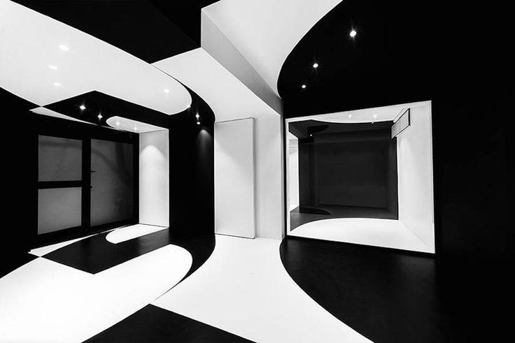 黑白办公室-斯特凡马尔卡和同他的建筑工作室为巴黎AgoraTic公司设计了具备多种不同功能的新办公室。这个外观独具一格的空间里,布置着大量浮动元素,组成了大量复杂场景。空间中白色和黑色如同音符般在复古和未来风格间跳跃摇摆
