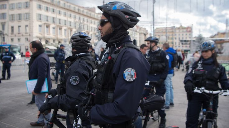 A French anti-drugs police operation became the laughing stock of social media, after law enforcement officers revealed on Twitter that 24 cops accompanied by two sniffer dogs were deployed to find just 7 grams of cannabis.