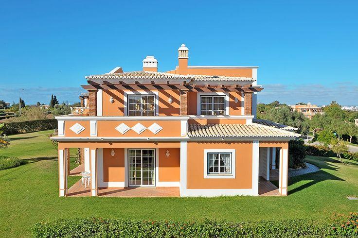 Description: Appartementen en villa's met groot zwembad en tuin vlakbij sfeervol Carvoeiro en de mooie stranden van de Algarve Topaccommodatie! Er is simpelweg geen betere plek om bij te komen dan in Colina da Lapa. Breng zoveel tijd als je wilt door op demooie paden van het weids opgezette domein omgeven door glooiende heuvels en bergen van rust. Van de gestijlde groene gazons en de bonte bloemenperkjes naar de rode tennisbanen van de vrolijk getinte muren van het hoofdgebouw van Colina da…