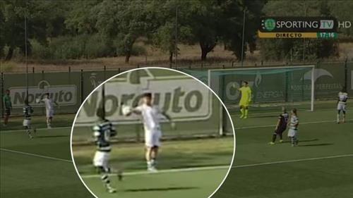 Um pênalti mais que inusitado marcou a rodada deste fim de semana da segunda divisão do Campeonato Português. O meia Budag Nasyrov, do S...