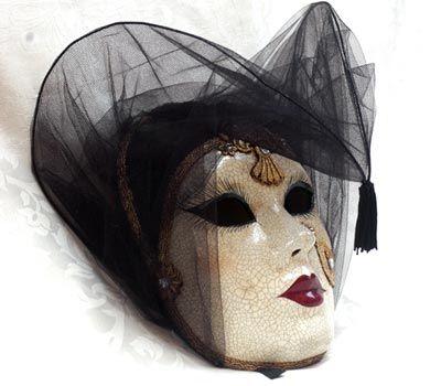 Maschera realizzata interamente a mano in cartapesta, impreziositacon decorazioni in foglia d'oro, tessuto, cristalli Swarovski, colori ad olio ed infine arricchita con la tecnica della screpolatu...