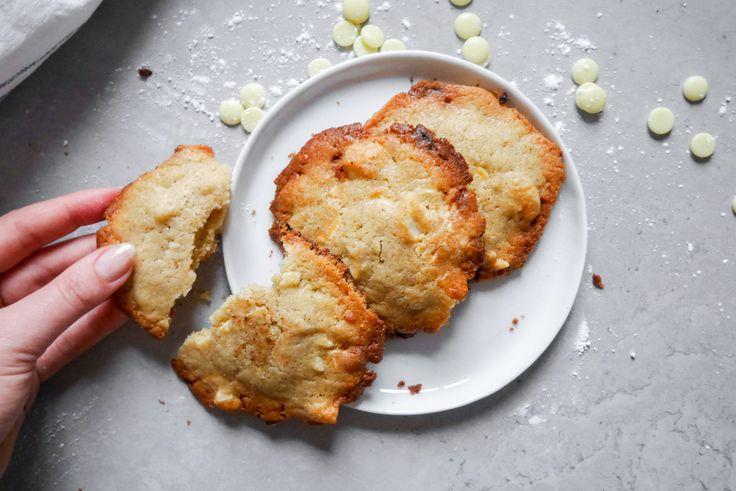 Dessa smarriga kakor tar inspiration från klassiska amerikanska chocolate chip cookies, med smak av vit choklad och macadamianötter.