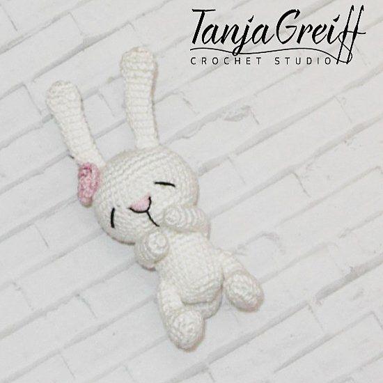 En liten söt kanin kan vara som en leksak eller ett hänge. Kaninerna är så underbara, kan inte sluta virka dem.  Pattern by @nansyoops #madebytanya #mbt_tillsalu  #amigurumi #barnvagnsmobil #barnvagnshänge  #handmadeforbaby #forbaby #handmade #handgjort #virkad #crochet #crocheting #födelsedagspresent  #doppresent #gravid  #virkadedjur #barnrum #mobil #vagn #vagnmobil #babyleksak  #babyshop #stroller #ушастая_засоня