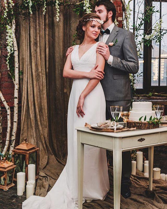 Свадебный обед. Натуральные и необработанные материалы, особенно подчеркнут свежесть и красоту сервировки.