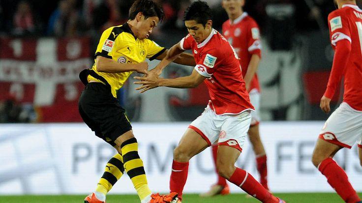 Japan internationals Shinji Kagawa (l.) of Dortmund and Yoshinori Muto (r.) of Mainz got stuck in from the get-go