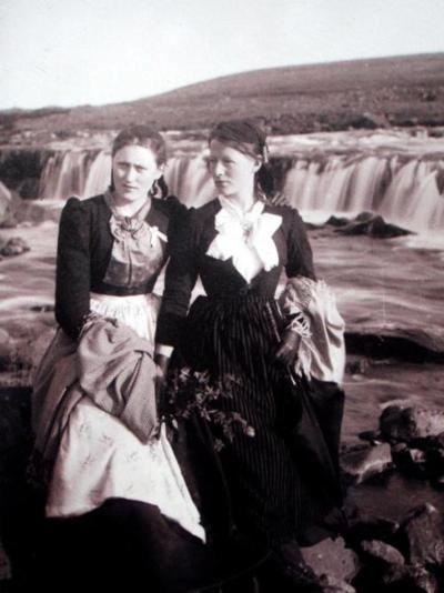 letthemhavepie:  Women in the 1940's wearing Icelandic national dress. I believe it is in the style of Peysuföt.