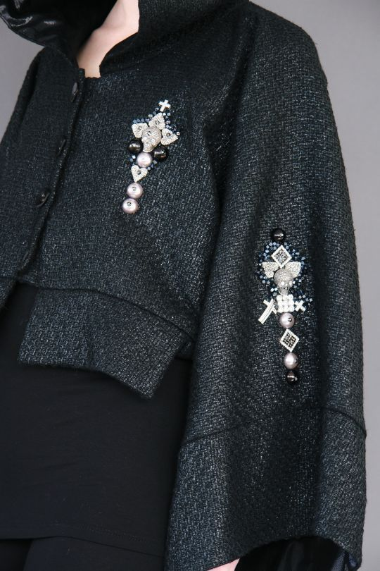 Short cape with raglan sleeves and luxury details lwww.maurizio.gr