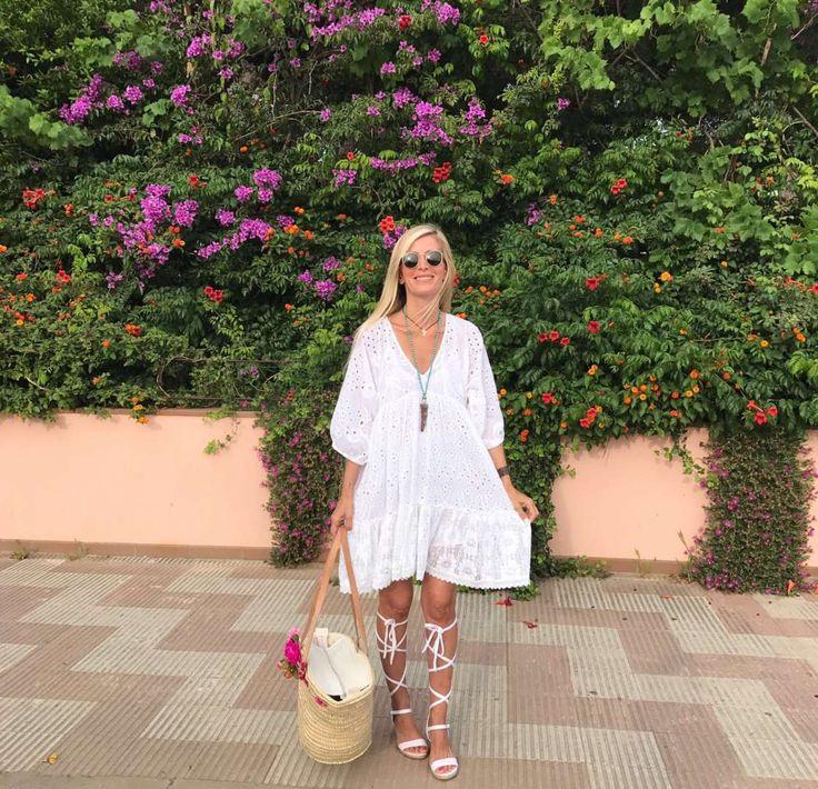 Kim's Cut Collection   Vestido blanco con calados bordados en el mismo color. La tela es 100% algodón e incluye forro de tirante fino muy fresco también de algodón. Es una talla única que corresponde desde una S a una L. Ropa Exclusiva Kimscut Collection.