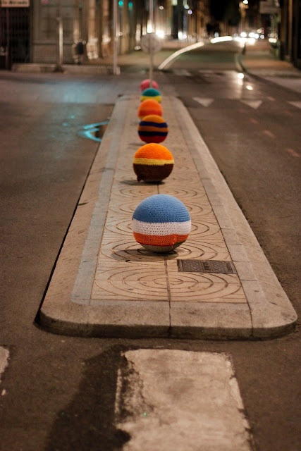 Just a little something to brighten up the city! http://restreet.altervista.org/guerrilla-knitting-la-street-art-delle-casalinghe/