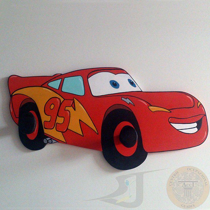 """Perchero de madera pintado a mano con la forma de """"Rayo Mcqueen"""", de la película """"Cars"""", tiene para corgar dos prendas."""