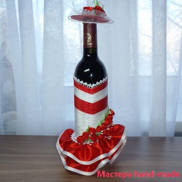 Многие задумываются, как своими руками, можно сделать подарок подруге? Я предлагаю Вам украсить бутылку вина лентами, это будет - Дама в красном.