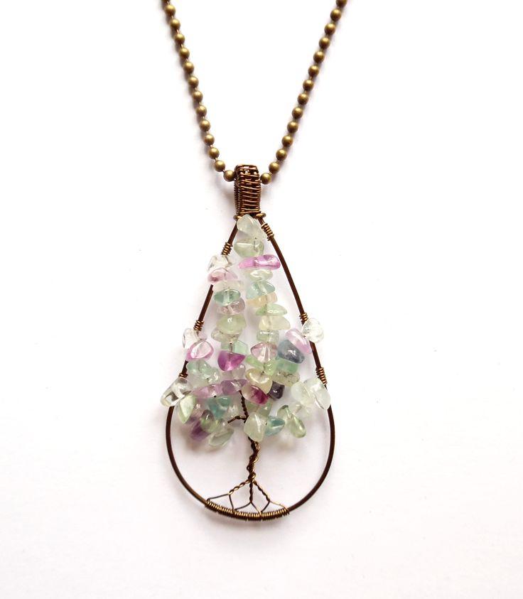 Halsband i brons med livets träd av regnbågsfluorit.  Varje smycke är unikt.  Längd: 60cm  Hängets storlek: 7cm