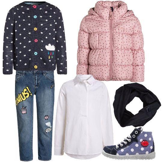 Un look divertente per tutti i giorni. Giubbotto rosa a pois e jeans baggy con stampe, camicia bianca, cardigan 100% cotone blu con bottoni colorati. Scarpe a pois con labbra rosse applicate e scalda collo blu. Per una bambina trendy che vuole essere anche comoda.